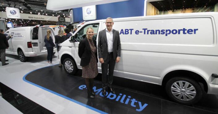 Anita Svanes, kommunikasjonssjef i Harald A. Møller AS, og Håkon Wirak, direktør Volkswagen Nyttekjøretøy, fikk se ABT e-Transporter første gang på IAA i 2018. Nå er det klart at den ikke skal selges i Norge. Foto: Brede Høgseth Wardrum