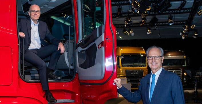 Traton-toppsjef Matthias Gründler (i bilen) og Hans Dieter Pötsch, styreformann i Traton, er klare på at det er elektrisk som gjelder fremover.