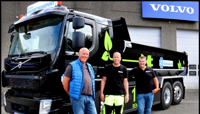 Salgssjef Tom Jarlsby fra Volvo-forhandleren Trucknor Kristiansand (til venstre) gratulerersjåfør Anders Ramsland ( i midten) og daglig leder hos Agder Massetransport, Frank Ilebekk (til høyre) med første elektriske tunge tippbil.