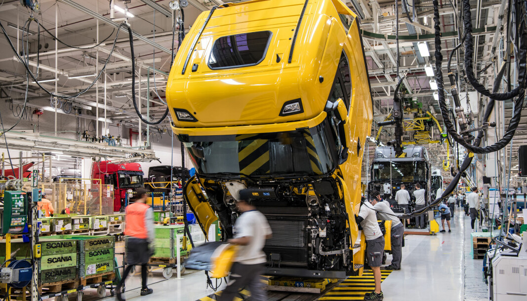 Slik ser det ut på fabrikken i Södertälje når produksjonen er i full gang. Denne uken er produksjonen stoppet midlertidig i mangel på viktige komponenter.