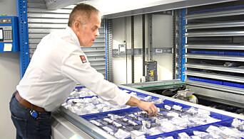 Delelageret ligger i to store lagerheiser, her er det delelagersjef Mika Åman som viser frem nyinvesteringen.