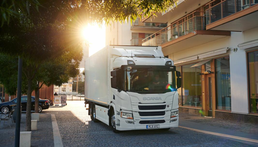 Scania har lansert batterielektriske lastebiler, som denne en 6x2 distribusjonsbil, og publisert en rapport som sammenligner livsløp for el-lastebiler og diesel-lastebiler.