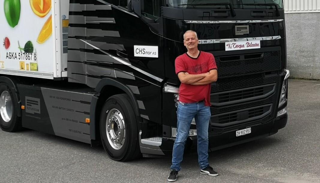 Kent Ibsen, daglig leder i CHSnor AS, har planer om å bygge om trekkvogner til eldrift lokalt på Moelv, i samarbeid med det sveitsiske selskapet Designwerks varemerke Futuricum. Her med pilottrekkvognen «Emma», som egentlig heter Futuricum FH 40E.