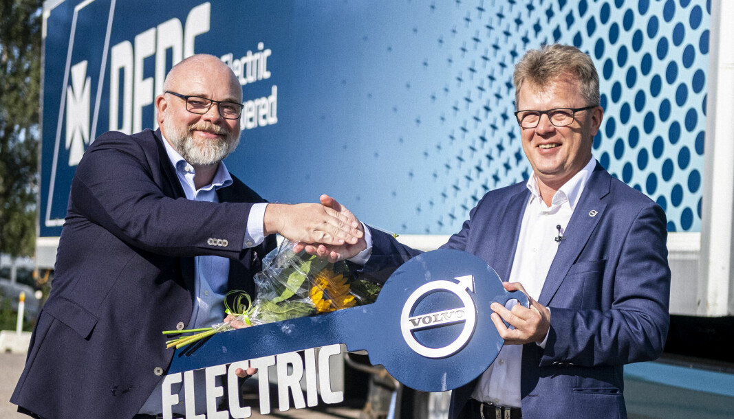 DFDS, ved sin logistikksjef Niklas Andersson (t.v.) fikk overrakt sin første elektriske Volvo av sjefen selv, Roger Alm, i august. Nå venter logistikkselskapet på de neste 100.